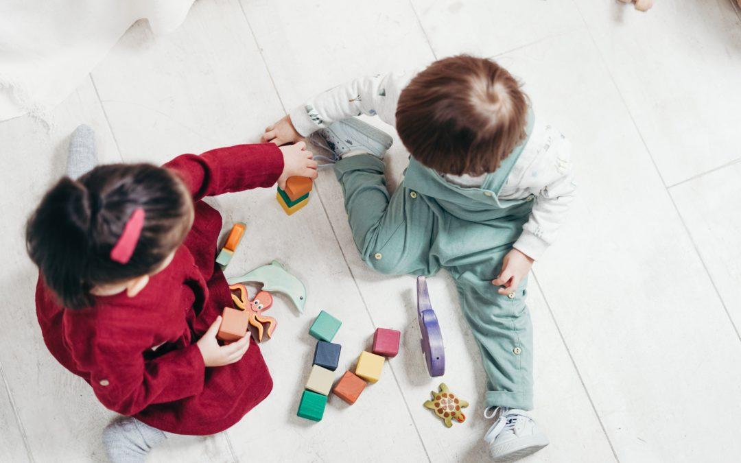 dzieci zabawa w żłobku Pakuś